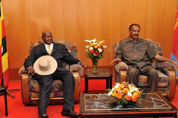 Presidents Yoweri Museveni of Uganda (left) and Isaias Afwerki at talks