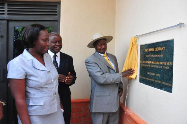 President Museveni unveiling a plaque at the commissioning of the MUBS library